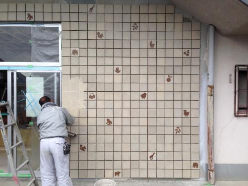 保育園の外壁改修のための特注の絵柄タイル。