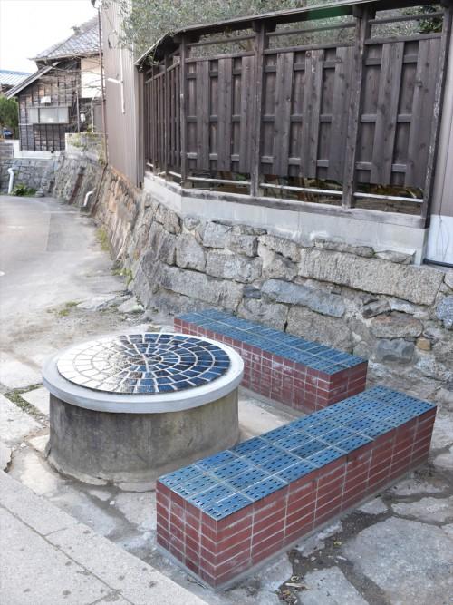 半田市亀崎の「大坂」休憩所。使われなくなった古い井戸の蓋をテーブルに見立て、レンガのベンチを配した。設計監理及びタイル製作を手がけている。